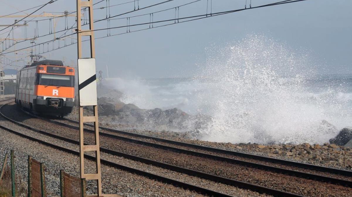 Les onades envaeixen la via del tren a laltura de Mataró.