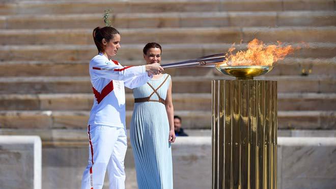 La llama olímpica comienza su recorrido hacia Tokio.