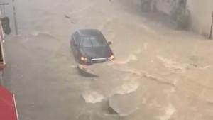 La pluja inunda els carrers de Sitges