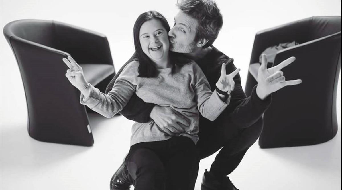 Jesús Olmedo con una niña con Síndrome de Down.