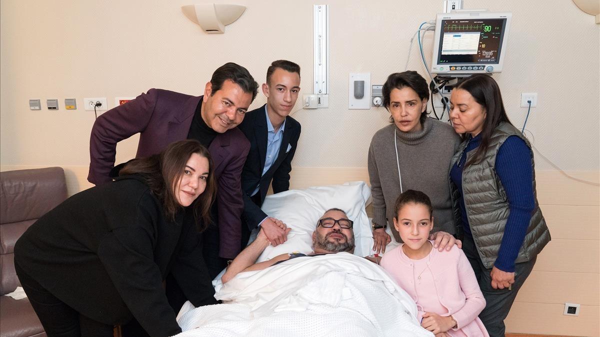 El rey Mohamed VI, con sus familiares en el hospital.