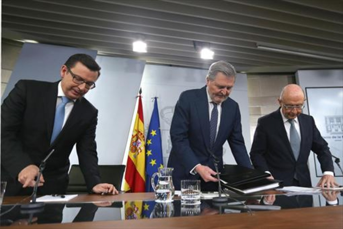 Los ministros Escolano, Méndez de Vigo y Montoro, ayer en la Moncloa.