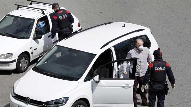 Los Mossos detienen a 23 personas y sancionan a 2.136 por incumplir el confinamiento en las últimas 24 horas. En la foto, un control de los Mossos en la plaza Cerdà de Barcelona.