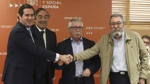 Los secretarios generales de CCOO y UGT, Ignacio Fernández Toxo y Cándido Méndez (d), y los presidentes de CEOE y Cepyme, Juan Rosell y Antonio Garamendi, tras firmar el tercer Acuerdo para el Empleo y la Negociación Colectiva.