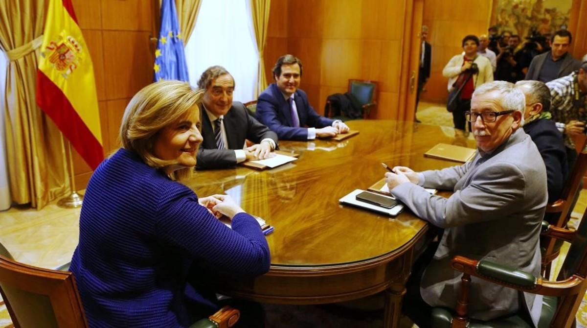 La ministra de Empleo, Fátima Bañez, preside la reunión de este lunes con los líderes sindicales y empresariales.