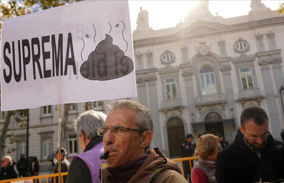 Protesta ante las puertas del Tribunal Supremo hace unos días por la decisión de este tribunal sobre el pago del impuesto de las hipotecas.