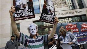 Manifestación a favor de Julian Assange frente al tribunal de Westminster, este jueves.