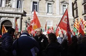 Manifestación de funcionarios en la plaza de Sant Jaume.