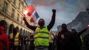 Manifestantes durante la huelga general de este martes en París.