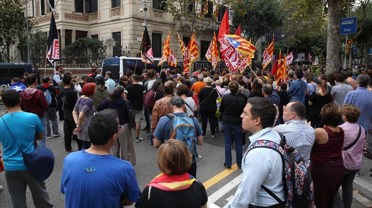 Manifestantes frente a la Delegación del Gobierno en Barcelona.