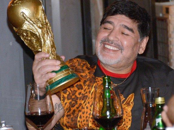 Maradona que sostiene una réplica de la Copa del Mundo en su época como técnico de los Dorados de Sinaloa, el 6 de noviembre del 2018, durante una cena en la que no faltó el vino, una de sus bebidas favoritas.