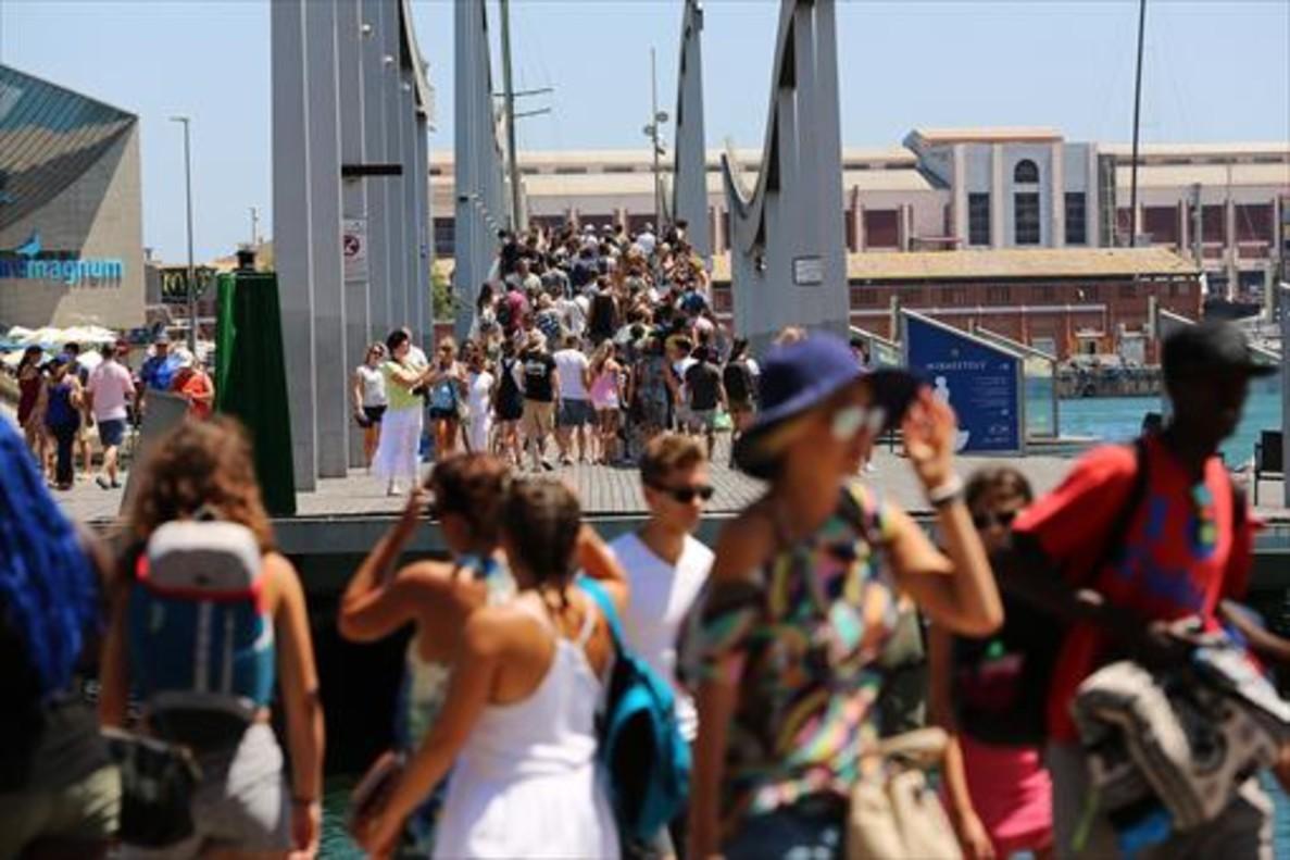 MAREMAGNUM Aluvión de turistas en la pasarela del puerto.