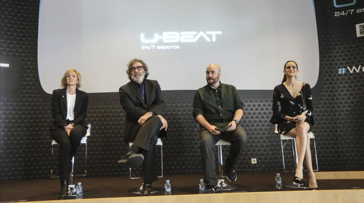 Mari Carmen Fernandez (directora de Innovación de Mediapro),Taxto Benet (socio gestor de Mediapro)y los presentadores Patrick Urbano y Gemma Manzanero, en la presnetación de U-Beat.
