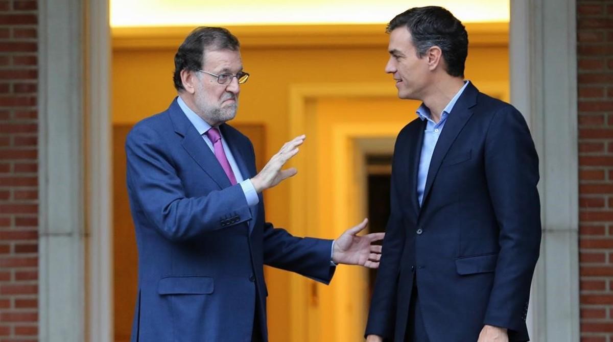 El presidente del Gobierno, Mariano Rajoy, y el secretario general del PSOE, Pedro Sánchez, en la Moncloa.
