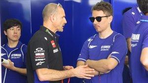 Massimo Menegalli, manager del equipo Monster Yamaha, junto a Jorge Lorenzo, en febrero, en Sepang (Malasia).