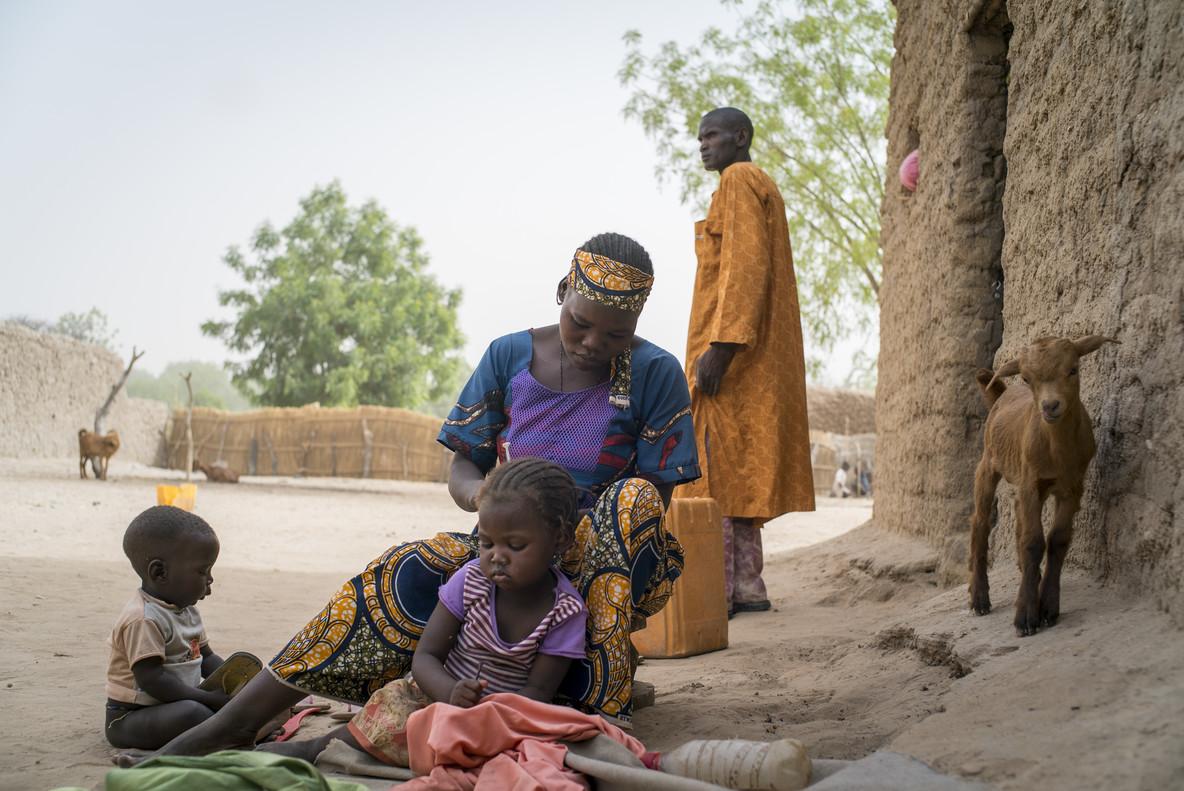 Abida*, nigerina de 17 años, tiene dos hijos con su marido de 43.