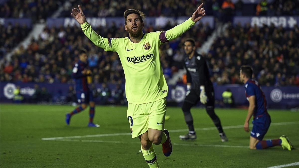 Messi celebra uno de sus tres goles al Levante en el 'Ciutat de Valencia'.