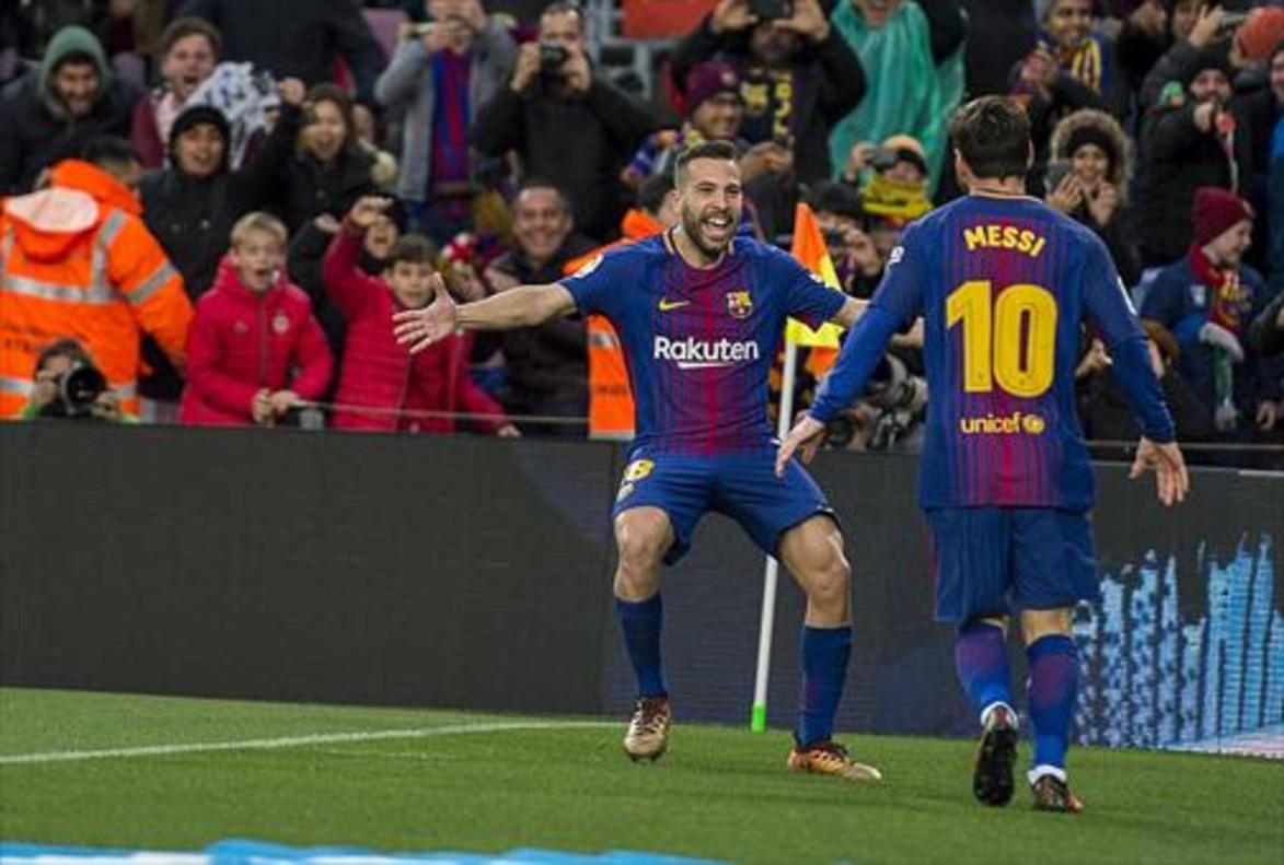 Messi va al encuentro de Alba tras marcar un gol.