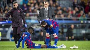 Messi intenta consolar a Dembélé tras su lesión ante el Dortmund.