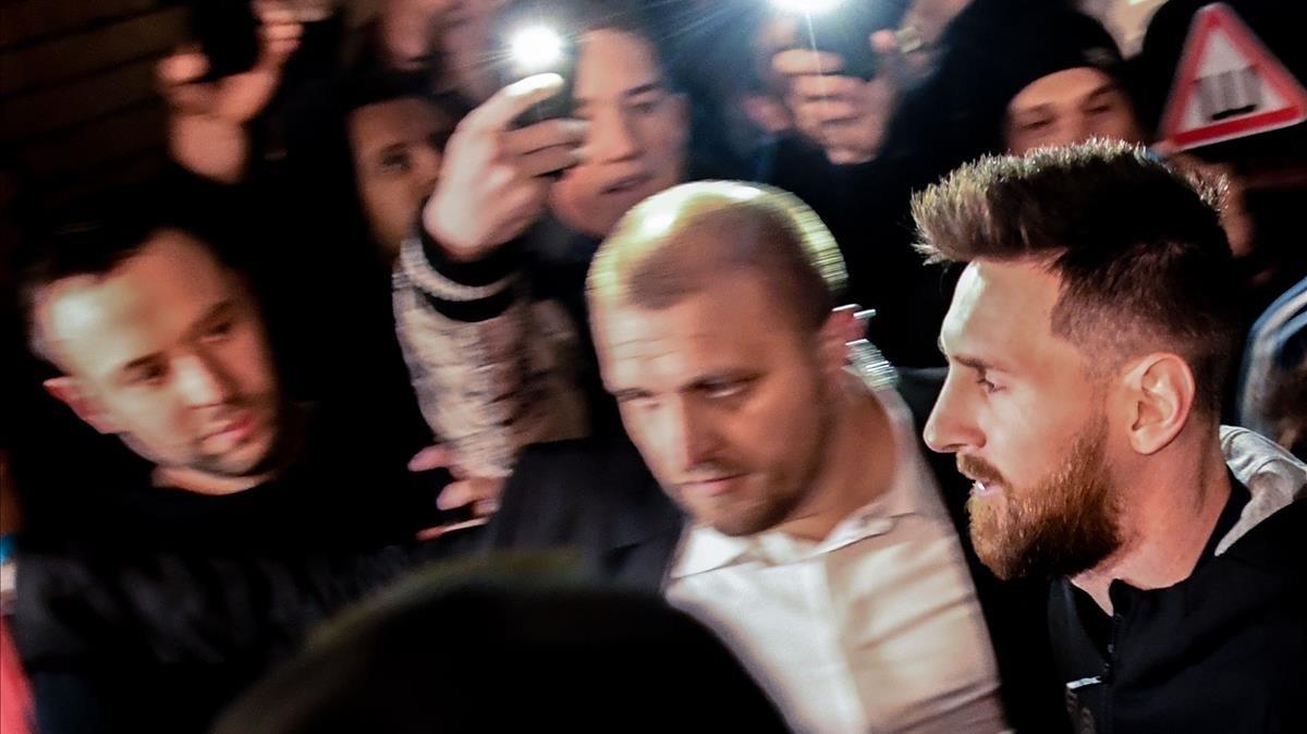 Messi, rodeado de gente, este jueves en Moscú.