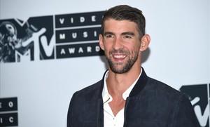 El nadador Michael Phelps posa para la prensa.