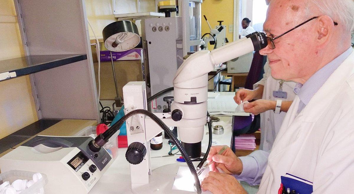 Michel Daudon, en el Laboratorio CRISTAL del Hospital Tenon de París.