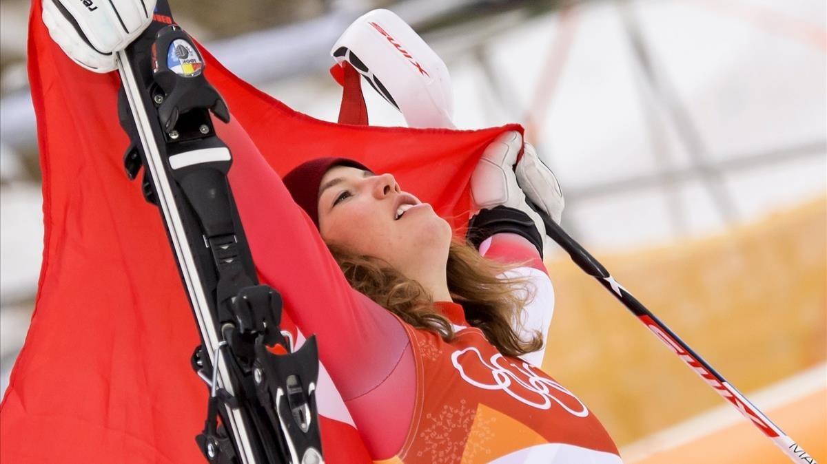 Michelle Gisin celebra su éxito en los Juegos de Pyeongchang.