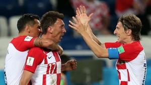 Modric felicita a Mandzukic tras el gol del delantero a Nigeria.