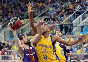 Moerman lanza ante Báez, en una acción del partido.