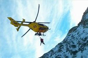 Momento de un salvamento en helicóptero por parte de los GRAE de los Bombers de la Generalitat.
