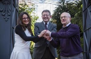 Mónica Oltra (Compromís), Ximo Puig (PSPV) y Antonio Montiel (Podemos), en el Jardí Botànic de València.