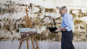 Montesol, este domingo, pintando en el MNAC su versión de 'La batalla de Tetuán', de Fortuny.