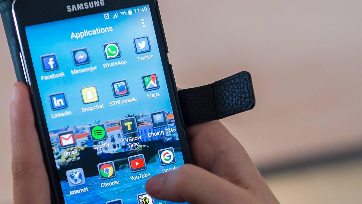 Un móvil con las aplicaciones de Google.