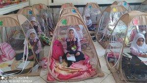 Niñas estudiando dentro de tiendas de campaña transparentes en un colegio de Irán.