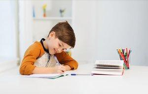 Un niño haciendo los deberes en casa.