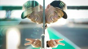 El norteamericano Randy Mamola, hoy, asomándose por el muro del circuito de Misano (Italia).