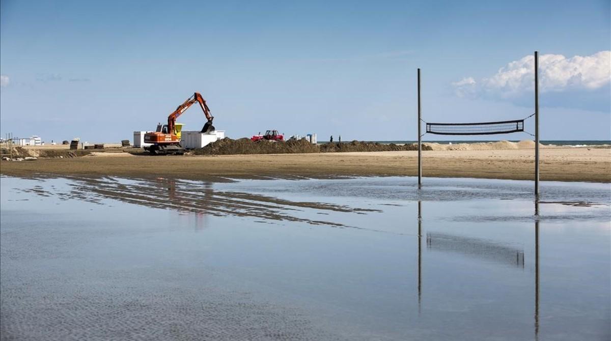 Obras en los arenales de Castelldefels inundados por el agua.