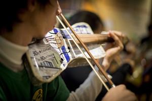 Concierto solidario de la Orquesta de Instrumentos Reciclados de Cateura con Antonio Orozco