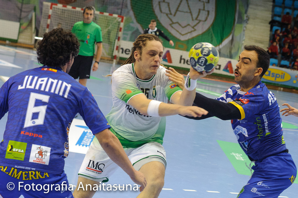 Oswaldo Dos Santos del Anaitasuna entre dos jugadores rivales