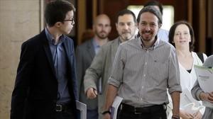 Pablo Iglesias e Íñigo Errejón encabezan el equipo de Podemos a la llegada de la reunión con PSOE y Cs.