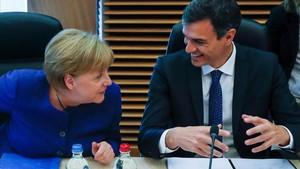 Pedro Sánchez conversa con Angela Merkel en el Consejo Europeo del pasado 24 de junio, en Bruselas.