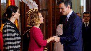 Pedro Sánchez saluda a la presidenta del Congreso, Meritxell Batet, y a la del Senado, Pilar Llop, en la conmemoración del 41º aniversario de la Constitución.