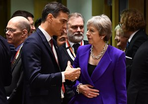 El presidente del Gobierno, Pedro Sánchez, y la primera ministra británica, Theresa May, durante un Consejo Europeo.
