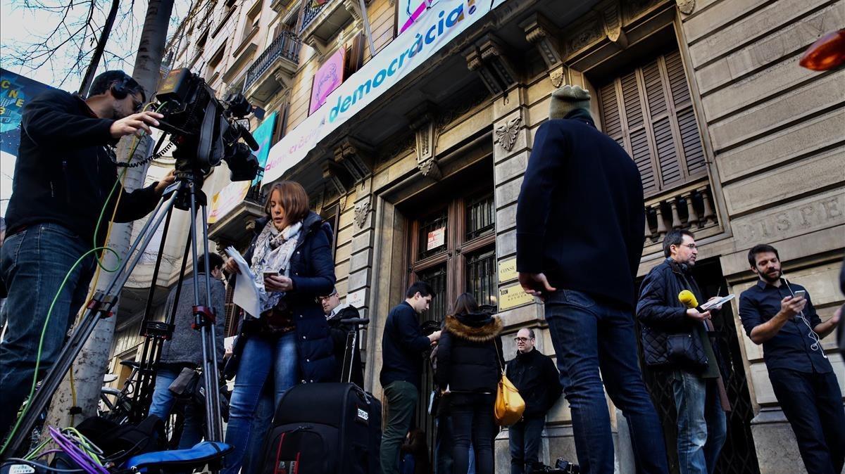 Periodistas esperando la salida de los agentes de la Guardia Civil.