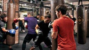 Un grupo de personas haciendo boxeo.