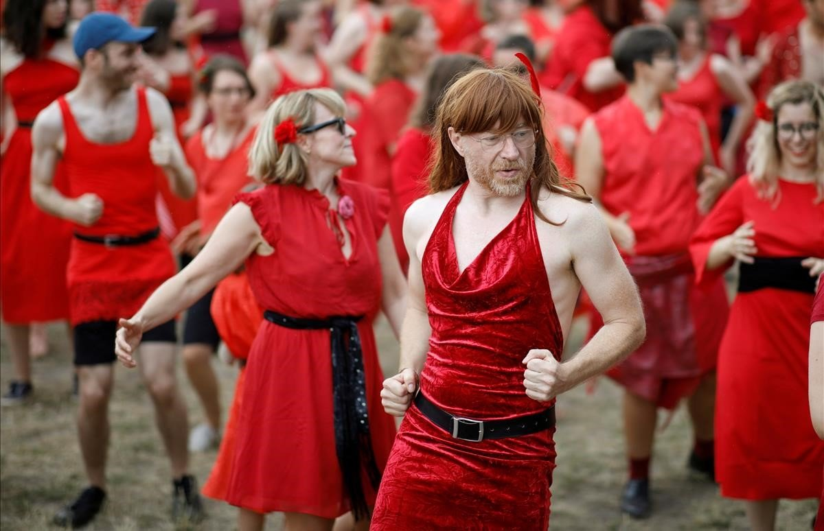 Personas vestidas como Kate Bush participan en el flash mobde The Most Wuthering Heights Day en Berlín, Alemania.