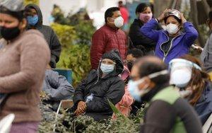 Personas en Perú a la espera de pruebas de COVID-19.
