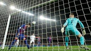Piqué evita el gol en la misma linea de la porteria de Ter Stegen tras cabezazo de Casemiro.