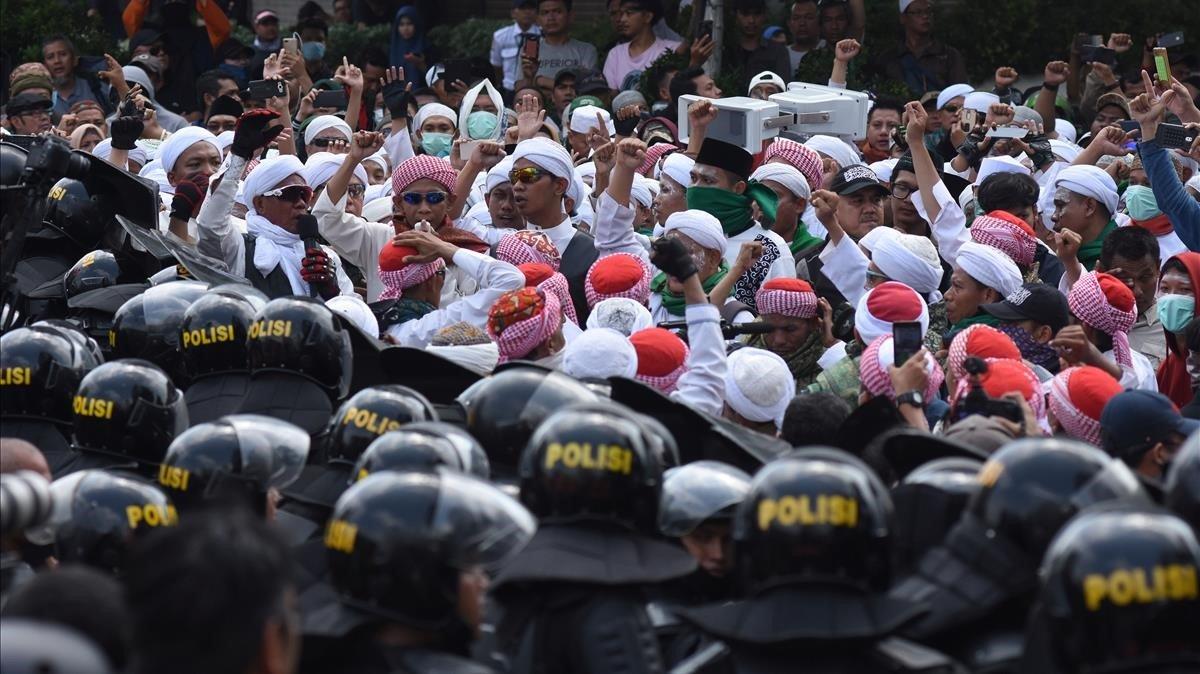 La policía contiene a los manifestantes frente a la Agencia de Supervisión Electoral, en Yakarta.