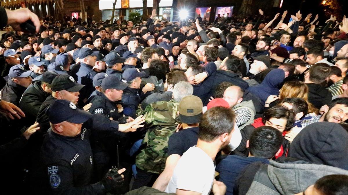 La policía trata de contener a los manifestantes que protestan por la política antidroga de las autoridades.